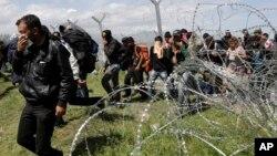 Migranti pokušavaju da prođu kroz ogradu u Idomeni na granici Grčke i Makedonije, 10. april 2016.
