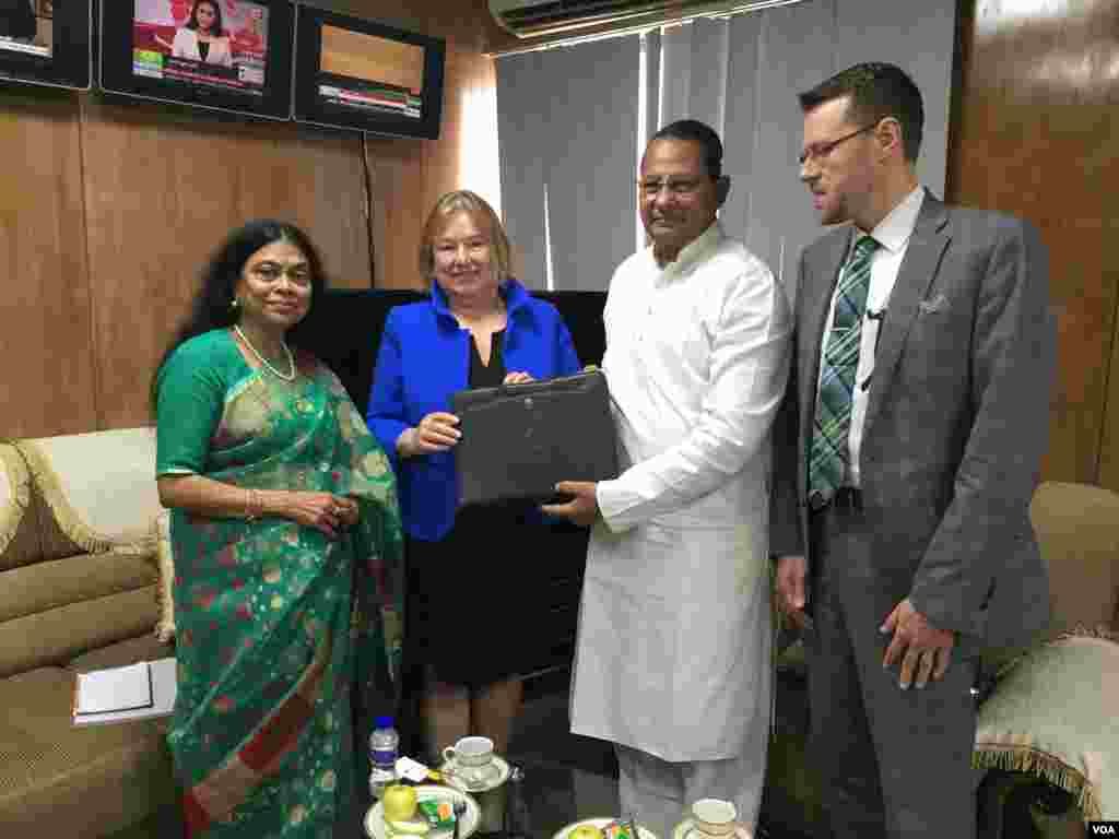 VOA Bangla Service Chief Roquia Haider and Director Amanda Bennett present a gift to Hasanul Haq Inu, Bangladesh's Minister of Information, as VOA's Gary Butterworth looks on.