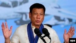 Presiden Filipina Rodrigo Duterte berbicara di pangkalan udara militer di Angeles City, sebelah timur Manila, Filipina (5/7). (EPA/Francis R. Malasig)