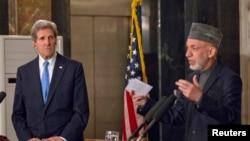 Američki državni sekretar Džon Keri na zajedničkoj konferenciji za novinare sa avganistanskim predsednikom Hamidom Karzaijem u Kabulu.