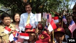 Duta Besar AS untuk Indonesia, Robert Blake, bersama anak-anak sekolah dalam kunjungan ke Solo (13/5). (VOA/Yudha Satriawan)