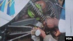 Criança apanhada entre o amortecedor e a roda de uma motorizada num acidente em Malanje (VOA / Isaías Soares)