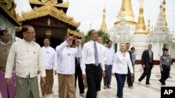 美国总统奥巴马同美国国务卿克林顿2012年11月19日在缅甸仰观共同参观大金塔