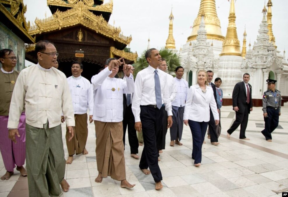 2012年11月19日,美国总统奥巴马同美国国务卿克林顿在缅甸仰光参观大金塔