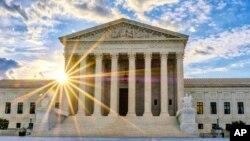 Una reciente decisión de la Corte Suprema de EE.UU. ha provocado que se expidan órdenes de deportación y se desestimen casos en cortes de inmigración en todo el país.