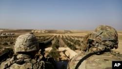 دو سربار امریکایی در منطقۀ منبیج واقع در شمال سوریه