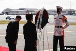 韩国总统文在寅和第一夫人金正淑在夏威夷檀香山珍珠港-希卡姆联合基地举行的联合送归军人遗骸的仪式上安放花圈。(2021年9月22日)