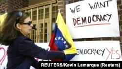 Detalj sa protesta ispred zgrade ambasade Venecuele u Vašingtonu, arhivska fotografija