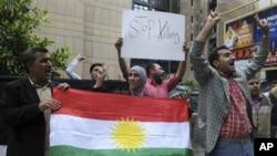 Kurdên Sûrîyê li ber balyozxaneya Sûrî ya li Beyrudê xwepêşandanê dikin û rejîma Beşar Esed şermezar dikin.