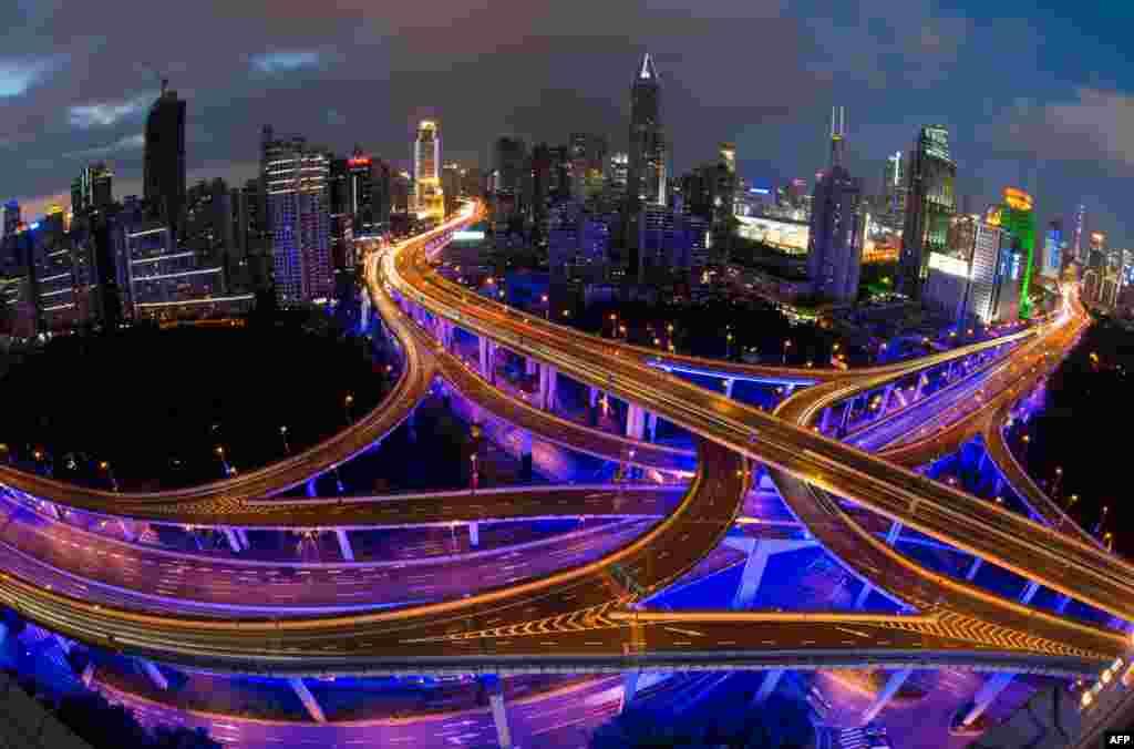 Suasana kota Shanghai, China pada jam-jam sibuk kendaraan menjelang hari libur nasional.
