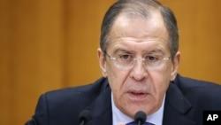Menlu Rusia Sergei Lavrov menjelaskan posisi Rusia dalam konflik politik di Suriah dalam konferensi pers di Moskow 28/1 (foto: dok).