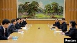 북한 김정은 국무위원장이 5일 평양에서 정의용 청와대 국가안보실장이 이끄는 한국정부 대북특사단과 면담하고 있다.