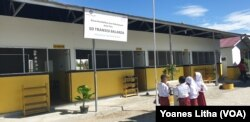 Gedung Sekolah SD Transisi Balaroa yang dibangun oleh United Tractor di sekitar lokasi shelter pengungsian warga kelurahan Balaroa, Palu Barat, Kota Palu, Sulawesi Tengah, 19 Juli 2019. (Foto: VOA/Yoanes Litha)