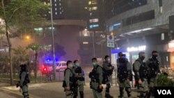 大批防暴警察在將軍澳寶琳地鐵站《抗暴之年》地區放映會場地附近戒備。(美國之音湯惠芸)