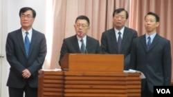 台湾警政署长王卓钧(左二)3月26号在立法院接受质询
