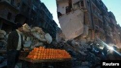 Một người bán cam trên 1 con đường bị tàn phá ở al-Shaar, Aleppo, 27/12/2013