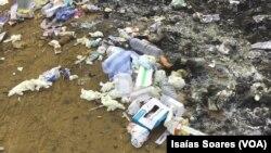 Lixo hospitalar ao ar livre em Malanje