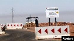 一名阿尔及利亚士兵在发生人质事件的天然气田检查岗担任警戒