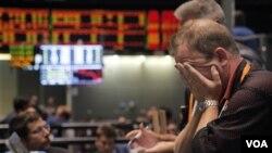 Di Wall Street hari Senin, indeks S&P 500 turun hampir 7 persen sebagai dampak penurunan kelayakan kredit AS (8/8).