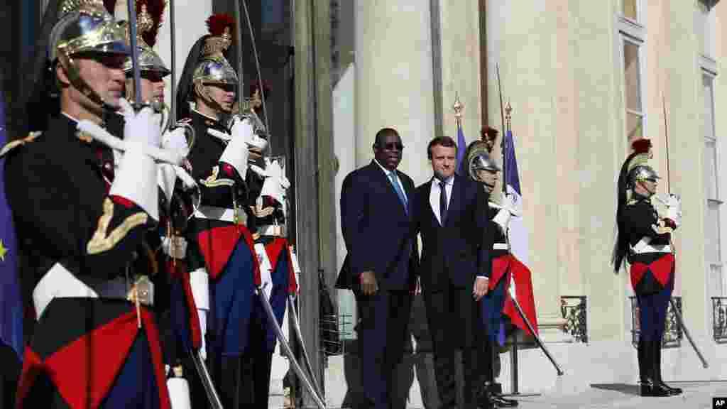 Shugaban kasar Faransa Emmanuel Macron (dama) tare da takwaran aikinsa Macky Salla na kasar Senegal yayin da ya kai wa Macron ziyara a fadar shugaban kasa ta Elysee dake Paris. Litinin Yuni 12, 2017. (AP Photo/Francois Mori)