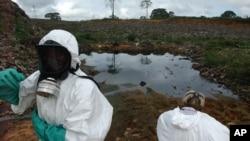(Archives) - Un agent collecteur de déchets à Abidjan.