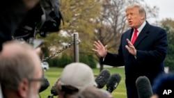 Presiden Donald Trump berbicara kepada para awak media sebelum menaiki Marine One di South Lawn di Gedung Putih di Washington, D.C., hari Senin, 26 November 2018 untuk sebuah kunjungan singkat ke Lanud Andrews, Md dan dilanjutkan ke Mississippi (foto: AP Photo/Andrew Harnik)
