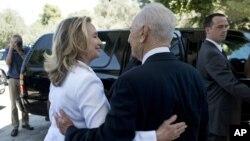 Tổng thống Israel Shimon Peres tiễn Ngoại trưởng Hoa Kỳ Hillary Clinton ra xe sau cuộc họp ở Jerusalem, ngày 16/7/2012