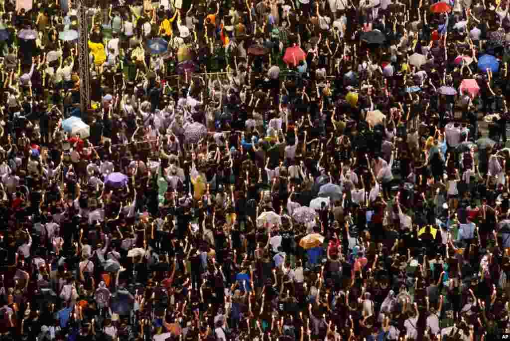 4일 홍콩 빅토리아 공원에서 열린 중국 텐안먼 사태 24주년 추모 촛불시위에 참석한 시민들.