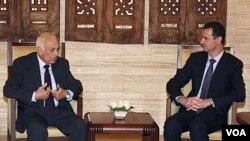 Sekjen Liga Arab, Nabil Elaraby at al-Shaab (kiri) bertemu Presiden Suriah Bashar al-Assad di Damaskus (13/7).