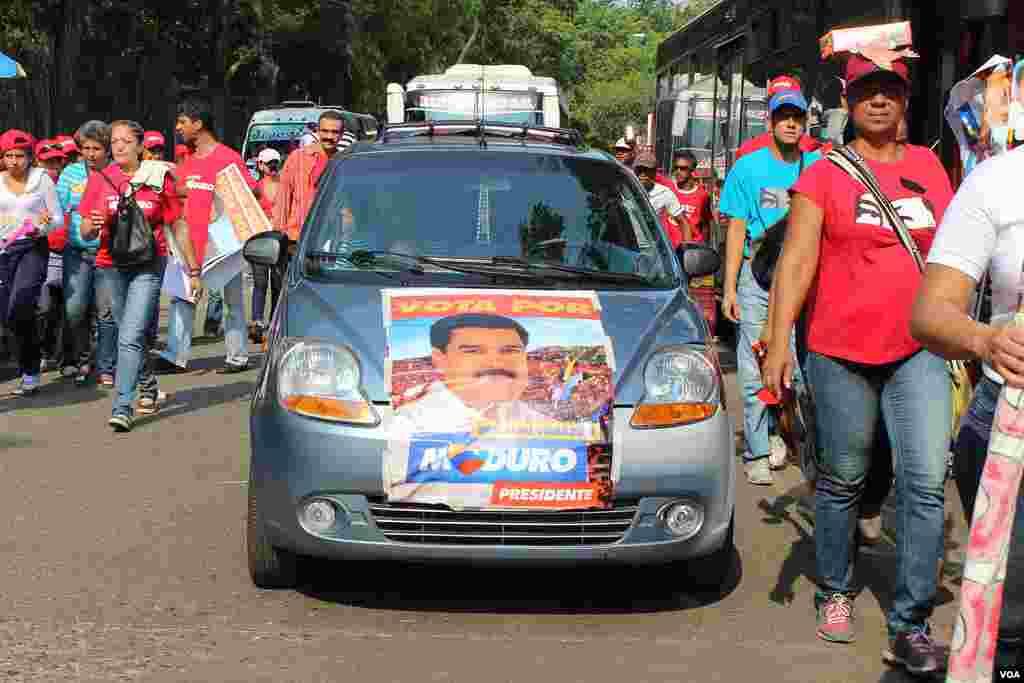 La gente decora sus autos con los afiches del candidato Nicolas Maduro.