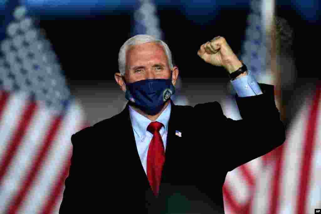 El actual vicepresidente, Mike Pence, candidato al mismo cargo en las elecciones de EE.UU. 2020, asiste a un acto de campaña en la ciudad de Flint, MIchigan, el 28 de octubre de 2020.