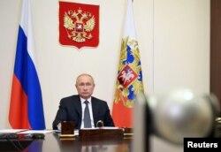 Presiden Rusia Vladimir Putin memimpin pertemuan dengan anggota pemerintah melalui tautan video di kediamannya Novo-Ogaryovo di luar Moskow, Rusia 11 Agustus 2020. (Sputnik / Aleksey)
