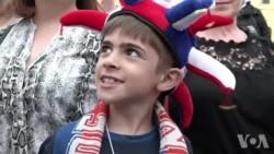 法国球迷在莫斯科红场庆祝国庆日 期待法国队决赛获胜