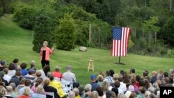 Kandida Elizabeth Warren (Senatris, D-Mass.), avèk yon foul patizan pandan li t ap mennen kanpay nan vil Hampton Falls, Eta New Hampshire, nan dat 2 septanm 2019 la.