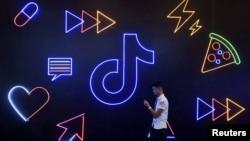 Seorang pria melintas di depan logo aplikasi TikTok buatan perusahaan China, ByteDance, di Hangzhou, Provinsi Zhejiang, China, 18 Oktober 2019.