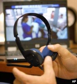 Seorang dokter menyiapkan headset sebelum melakukan telemedisin. (Foto: ilustrasi).