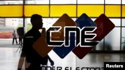El logo del Consejo Nacional Electoral (CNE) se muestra en su sede en Caracas, Venezuela. Mayo 14, 2018.