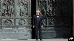 Andrea Bocelli saat tampil di luar Katedral Duomo cathedral, di Milan, Italia, di tengah pandemi COvid-19, 12 April 2020. (Foto: dok).