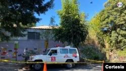 La Policía acordonó el área donde fue abandonada la ambulancia de Médicos Sin Fronteras luego de que el personal de la organización fuera atacado a balazos en Ilopango, El Salvador.[Foto cortesía Médicos Sin Frontera].