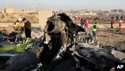 یوکرین کے مسافر طیارے کا ملبہ، جسے تہران کے قریب فوج نے غلطی سے مار گرایا تھا۔