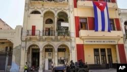 Polisi khusus berpatroli di sebuah jalan melewati sebuah gedung di Havana, Kuba, Rabu, 21 Juli 2021. (AP Photo/Eliana Aponte)