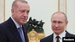 რეჯებ ტაიპ ერდოღანი და ვლადიმირ პუტინი (მარცხნიდან მარჯვნივ) შეხვედრაზე მოსკოვში. 5 მარტი, 2020.