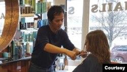 ທ່ານ ດີໂວ ເລ, ຜູ້ຍົກຍ້າຍຖິ່ນຖານ ຫວຽດນາມ ທີ່ເປັນເຈົ້າຂອງຮ້ານເສີມສວຍ Divo Hair Salon ໃນເມືອງ ອາເລັກແຊນເດຣຍ, ລັດ ເວີຈິເນຍກຳລັງເຫັນ ອາເມຣິກາ ໃນຄວາມຝັນຂອງລາວຖືກຂົ່ມຂູ່ໂດຍ COVID-19.
