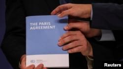 Copia del Acuerdo de París durante la Conferencia de las Naciones Unidas sobre el Cambio Climático (COP25) en Madrid, España, el 13 de diciembre de 2019.
