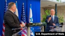AQSh Davlat kotibi Mayk Pompeo (chapda) Isroil Bosh vaziri Benymin Netanyaxu bilan, Quddus, Isroil, 2020-yil, 13-may