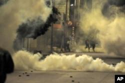 Para demonstran bentrok dengan polisi di kota Ettadhamen, dekat Tunis, 19 Januari 2021.