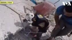 Femme sauvée d'une maison bombardée à Idlib (vidéo)