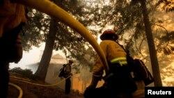 救火隊員正在撲滅威爾遜山天文台附近的山火。