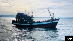 ملیشیا کی میری ٹائم فورس نے روہنگیا پناہ گزینوں سے بھری ہوئی کشتی کی یہ تصویر جاری کی ہے۔ 5 اپریل 2020