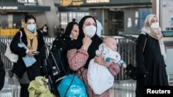 抵达美国维吉尼亚州达拉斯国际机场的阿富汗难民。(2021年8月28日)